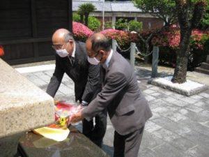 「海の防人の碑」への献花